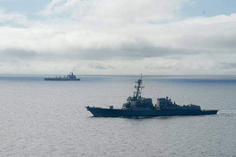 Tàu chiến Mỹ tiến sát đảo nhân tạo trái phép ở Trường Sa - 1