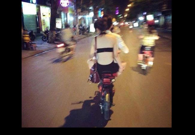 Để giải nhiệt ngày nóng, nhiều kiểu mốt với chất liệu mát mẻ và thiết kế khoét xẻ đã ra đời. Tuy nhiên, nhiều thiếu nữ Việt lại áp dụng chúng một cách kém duyên.
