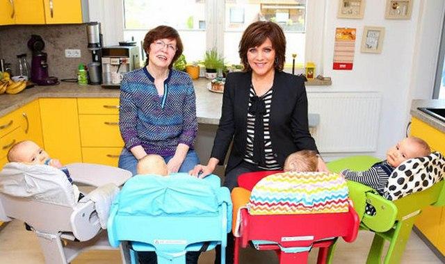 Đức: Con gái muốn có em, mẹ 65 tuổi đẻ liền lúc 4 con - 3