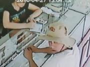 An ninh Xã hội - Trích xuất camera phát hiện kẻ tráo 6.000 USD ở tiệm vàng