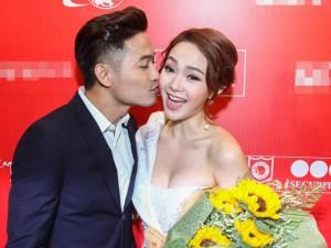 Quý Bình liên tục hôn Minh Hằng tại sự kiện