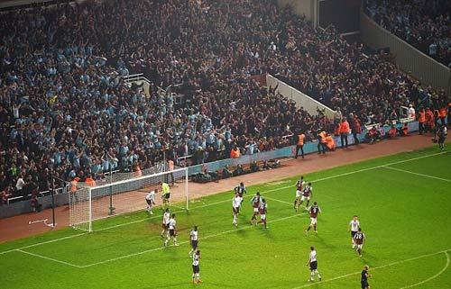 FA sẽ phạt nặng West Ham, nhưng không cho MU đá lại - 11