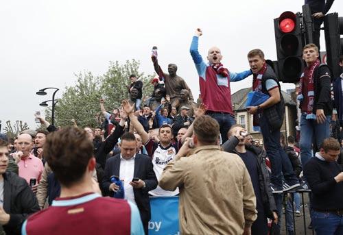 FA sẽ phạt nặng West Ham, nhưng không cho MU đá lại - 8