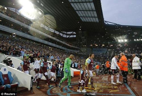 FA sẽ phạt nặng West Ham, nhưng không cho MU đá lại - 9