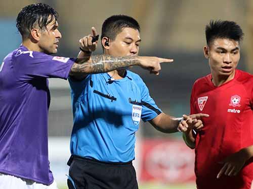 Vòng 9 V-League: Nhiều tiếng còi tệ hại - 1