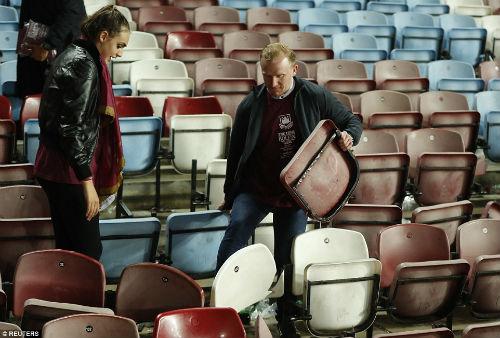 FA sẽ phạt nặng West Ham, nhưng không cho MU đá lại - 13