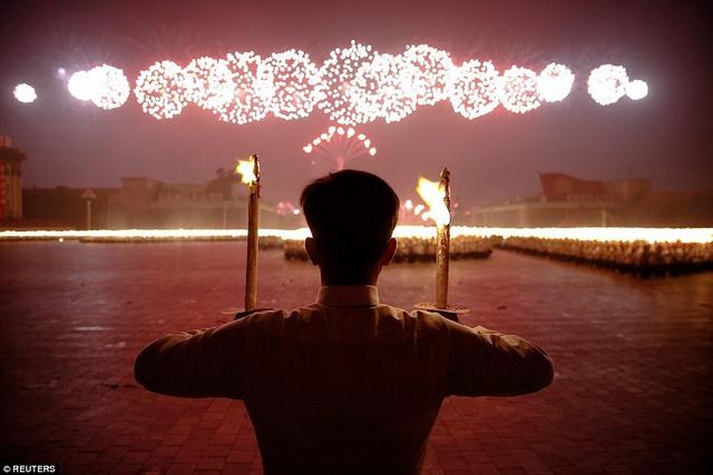 Ngàn người Triều Tiên cầm đuốc ăn mừng đại hội đảng - 1