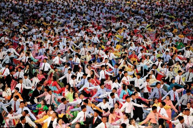 Ngàn người Triều Tiên cầm đuốc ăn mừng đại hội đảng - 5