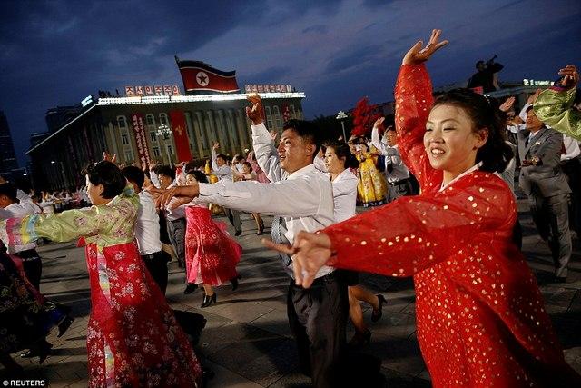 Ngàn người Triều Tiên cầm đuốc ăn mừng đại hội đảng - 6