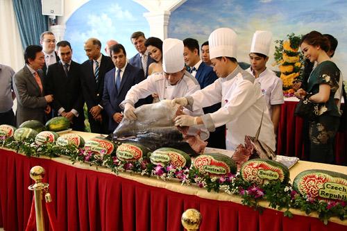 20 đại sứ và các Hoa hậu tham gia lễ xẻ cá ngừ đại dương ủng hộ ngư dân VN - 1