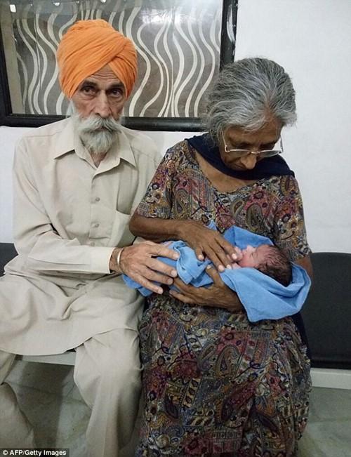 Cụ bà Ấn Độ sinh con đầu lòng ở tuổi 70 - 1