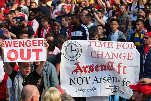 Mâu thuẫn vì Wenger, CĐV Arsenal xô xát chảy máu - 1