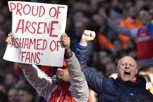 Mâu thuẫn vì Wenger, CĐV Arsenal xô xát chảy máu - 2
