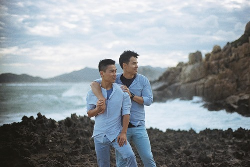 Adrian Anh Tuấn tung ảnh lãng mạn với bạn đời đồng giới - 1