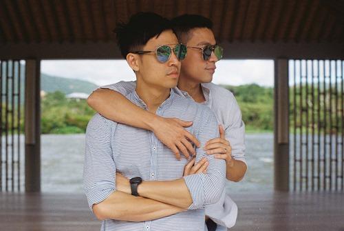 Adrian Anh Tuấn tung ảnh lãng mạn với bạn đời đồng giới - 3