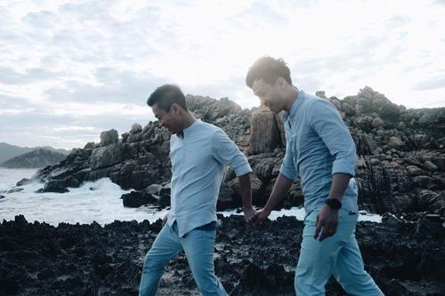 Adrian Anh Tuấn tung ảnh lãng mạn với bạn đời đồng giới - 2