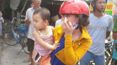 Bé 2 tuổi được chở đi chơi, cả xóm tưởng bị bắt cóc - 1
