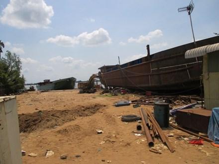 Hai công nhân bị dây cáp quật chết khi hạ thủy sà lan - 1