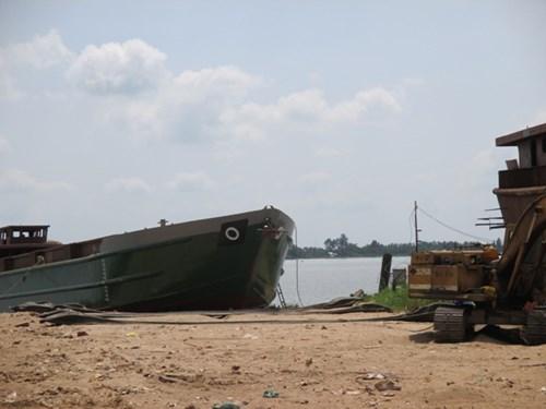 Hai công nhân bị dây cáp quật chết khi hạ thủy sà lan - 2