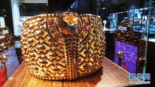 UAE trưng bày nhẫn vàng 64kg lớn nhất thế giới - 1