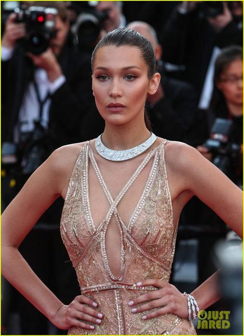 3 chân dài đốt cháy thảm đỏ Cannes nhờ cổ áo sâu hoắm - 1