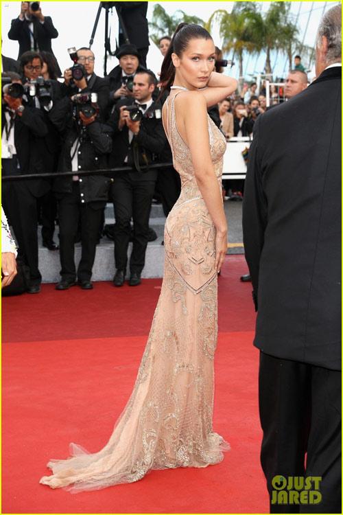 3 chân dài đốt cháy thảm đỏ Cannes nhờ cổ áo sâu hoắm - 3