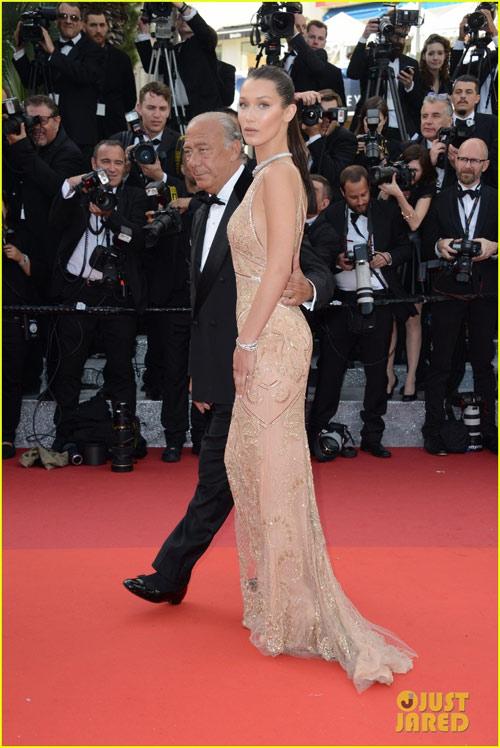 3 chân dài đốt cháy thảm đỏ Cannes nhờ cổ áo sâu hoắm - 4
