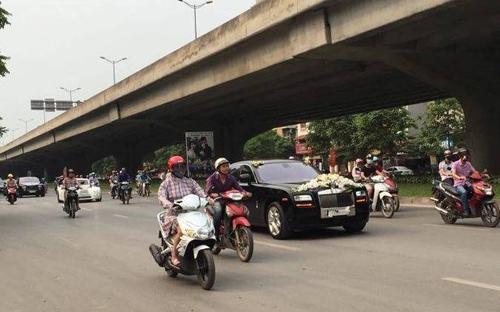 Video: Hai siêu xe Rolls-Royce rước dâu ở Hà Nội gây chú ý - 1