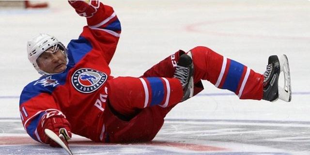 Putin ngã sõng soài trên sân đấu hockey - 2