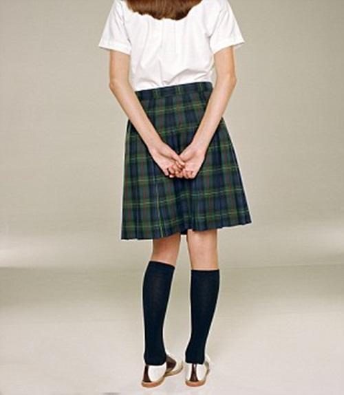 """Cấm nữ sinh mặc váy ngắn để tránh """"khiêu khích"""" thầy giáo - 1"""
