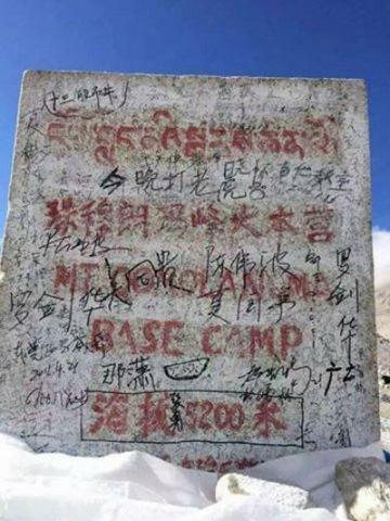 Dân Trung Quốc vẽ, khắc chằng chịt trên đỉnh Everest - 3