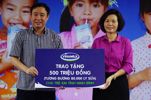 Vinamilk và Quỹ sữa Vươn cao VN tặng sữa cho 40.000 trẻ em ở 40 tỉnh - 1