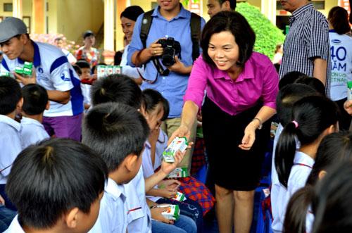Vinamilk và Quỹ sữa Vươn cao VN tặng sữa cho 40.000 trẻ em ở 40 tỉnh - 3