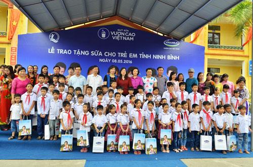 Vinamilk và Quỹ sữa Vươn cao VN tặng sữa cho 40.000 trẻ em ở 40 tỉnh - 7