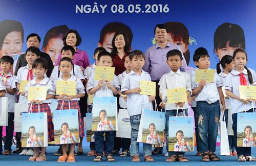 Vinamilk và Quỹ sữa Vươn cao VN tặng sữa cho 40.000 trẻ em ở 40 tỉnh - 8
