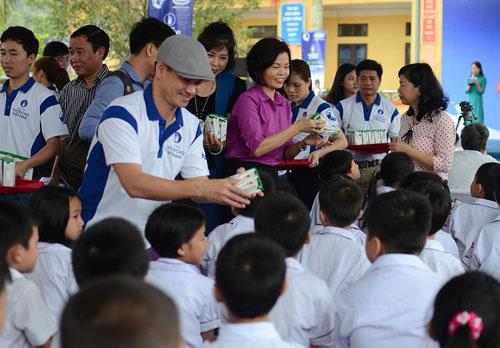 Vinamilk và Quỹ sữa Vươn cao VN tặng sữa cho 40.000 trẻ em ở 40 tỉnh - 4