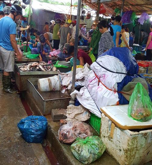 """Tấp nập khách """"săn"""" cá ươn giá rẻ tại chợ thực phẩm HN - 2"""