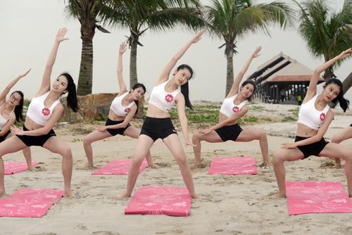 Dàn thí sinh Hoa hậu Biển tập yoga khoe dáng trên cát - 1