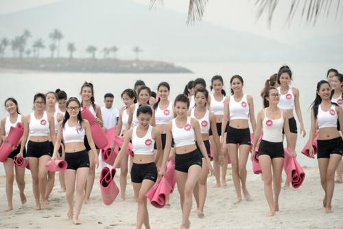 Dàn thí sinh Hoa hậu Biển tập yoga khoe dáng trên cát - 3