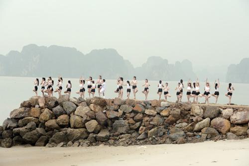 Dàn thí sinh Hoa hậu Biển tập yoga khoe dáng trên cát - 5