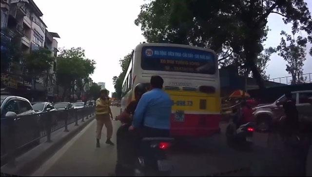 """Video: Đi sau xe buýt né chốt 141, bị CSGT """"tóm sống"""" - 1"""