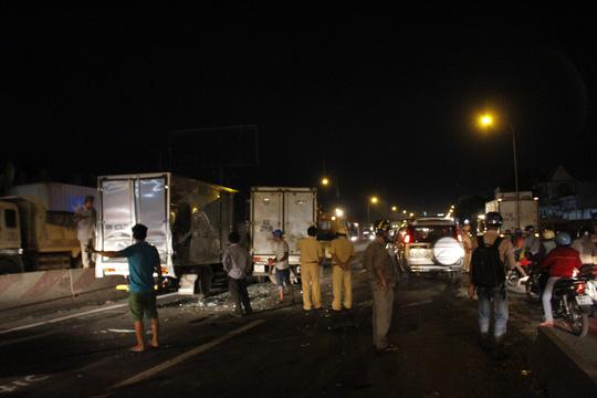 Tai nạn liên hoàn, tài xế bò ra từ buồng lái bẹp dúm - 1