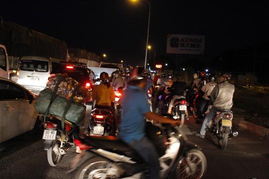 Tai nạn liên hoàn, tài xế bò ra từ buồng lái bẹp dúm - 9