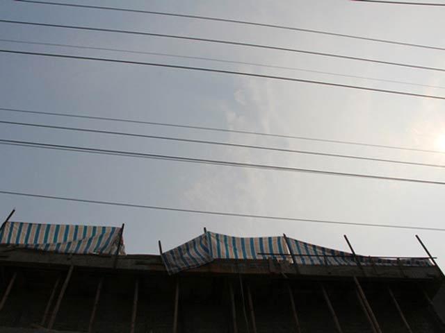 Làm việc trên mái nhà, thợ hàn bị điện phóng tử vong - 1