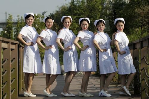 TQ: Dân mạng phẫn nộ vì y tá vén váy khoe chân dài - 2