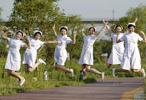 TQ: Dân mạng phẫn nộ vì y tá vén váy khoe chân dài - 3