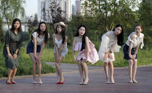 TQ: Dân mạng phẫn nộ vì y tá vén váy khoe chân dài - 5