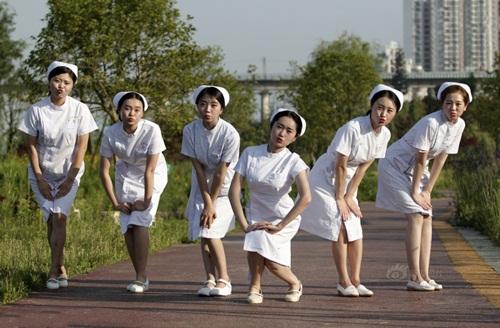 TQ: Dân mạng phẫn nộ vì y tá vén váy khoe chân dài - 7