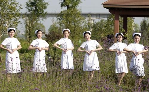 TQ: Dân mạng phẫn nộ vì y tá vén váy khoe chân dài - 8