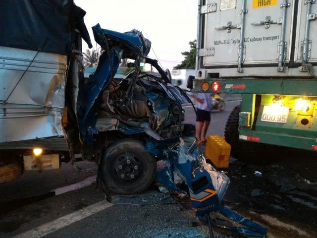 Đâm vào xe container, tài xế xe tải rơi xuống đường - 1
